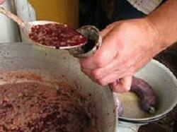 начинять колбасу