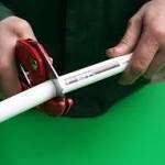 отрезка металлопластиковой трубы специальными ножницами