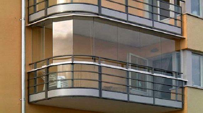 балкон из бетона и стекла