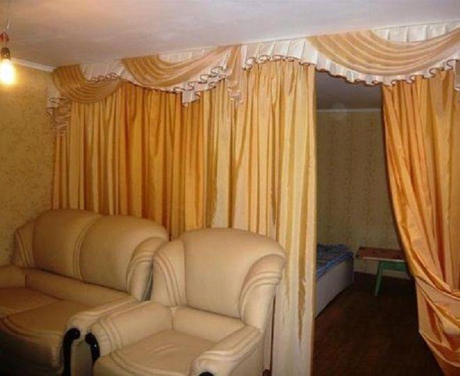разделение комнаты шторами