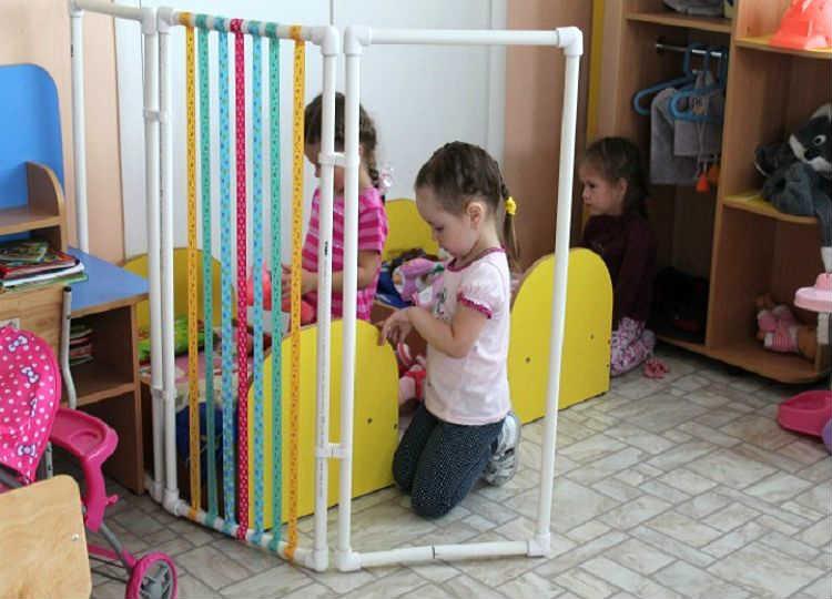 зонирование детской самодельной ширмой