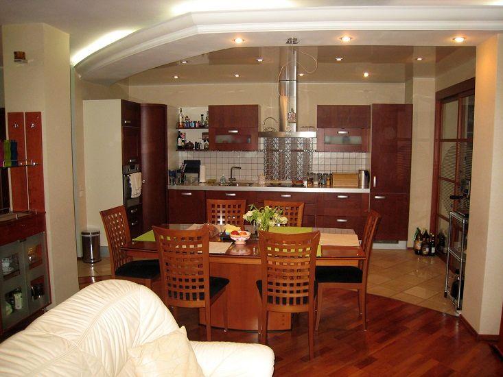 зонирование кухня - столовая полом из различных материалов