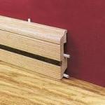 деревянный плинтус с кабель каналом.
