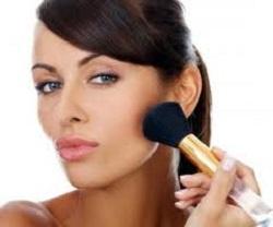 макияж наносите широкой кистью