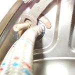 крепление смесителя к мойке при помощи шпилек