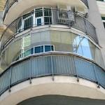 современный затекленный балкон
