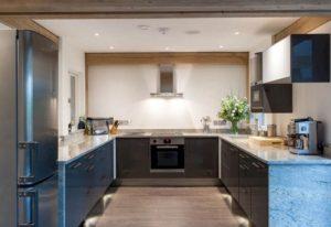 кухня с П-образным расположением мебели